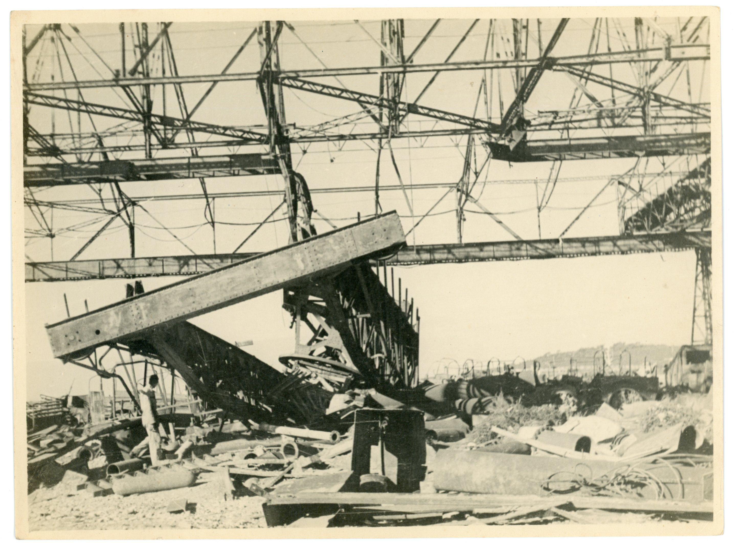 Tijekom Drugog svjetskog rata, luka i brodogradilište u Puli bili su od iznimne strateške važnosti. Nakon kapitulacije Italije i povlačenja iz svjetskog rata, 1943. godine, Pula dolazi pod njemačku vojnu vlast. Čitav grad, a posebno brodogradilište i luka, pretrpjeli su veliku štetu tijekom zračnih napada savezničkih sila. Na fotografiji je prikazana uništena konstrukcija dizalice u brodogradilištu na otoku Uljanik nakon savezničkog bombardiranja 1944. godine.