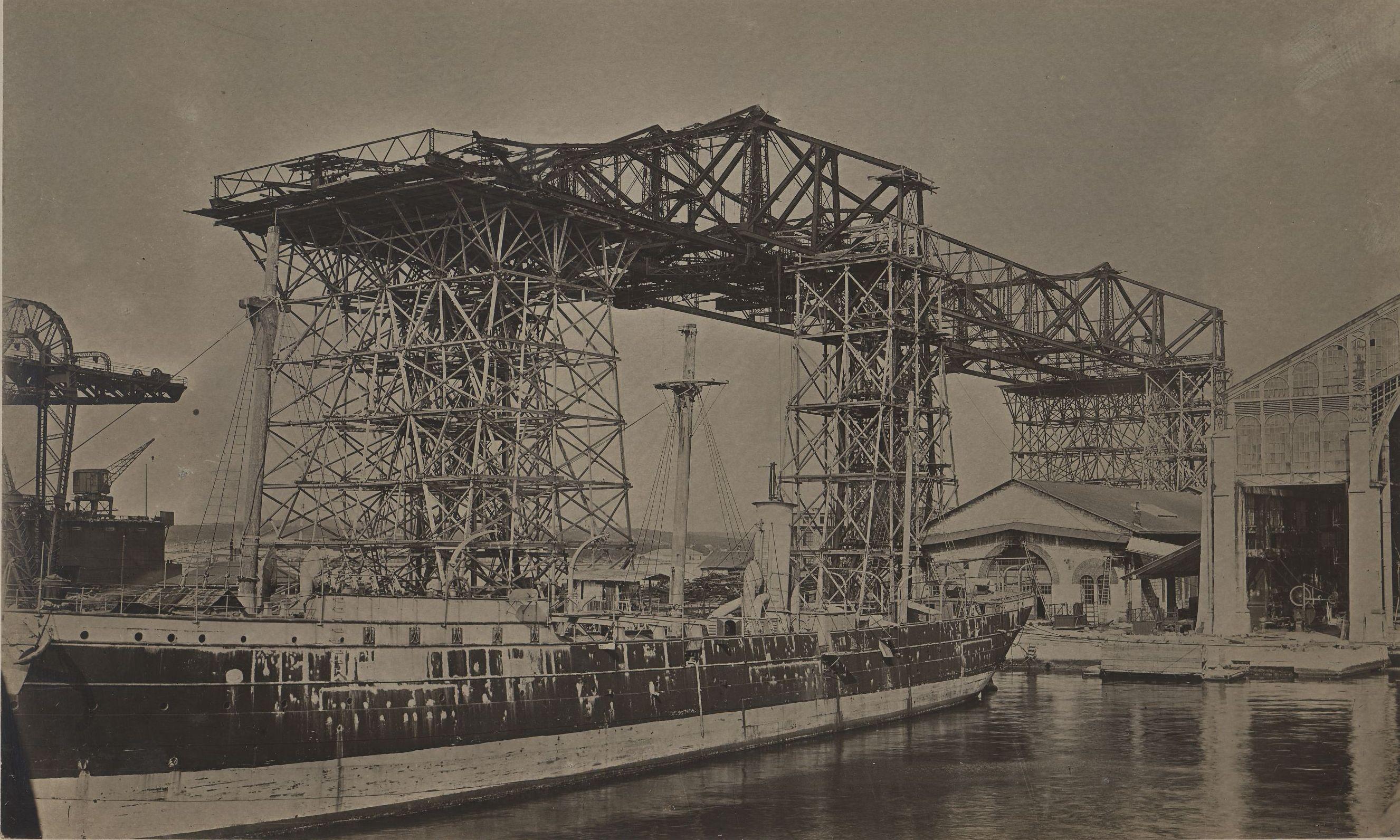 Od osnivanja brodogradilišta do sloma austrougarske vlasti, u Uljaniku su se gradili i popravljali ratni brodovi. Fotografija prikazuje montiranja brodogradilišne portalne dizalice u konstrukcijskom dijelu Pomorskog arsenala u Puli, oko 1910.