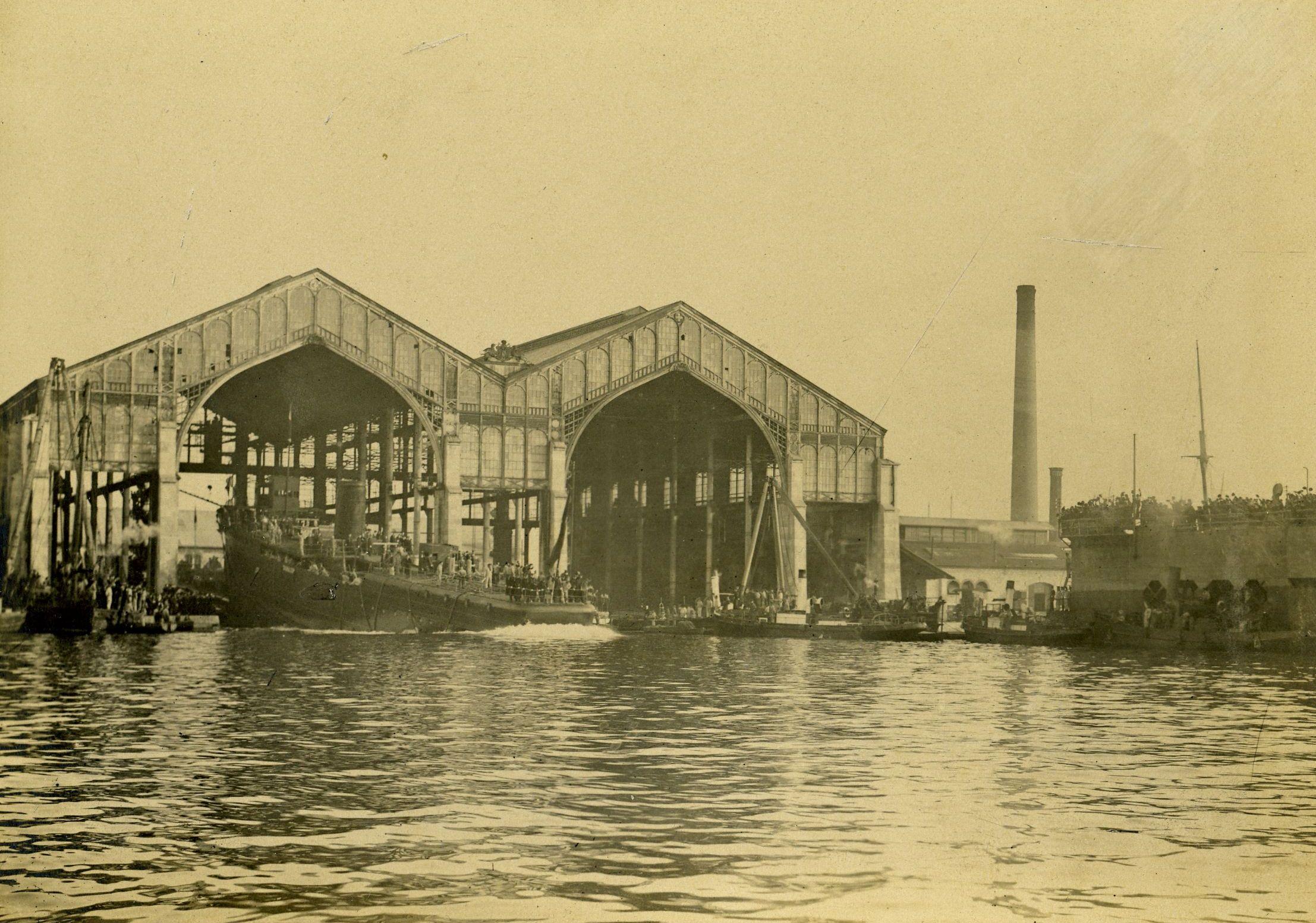 """Porinuće minopolagača S. M. S. """"Chamäleon"""" s navoza brodogradilišta na otoku Uljanik, 1913."""