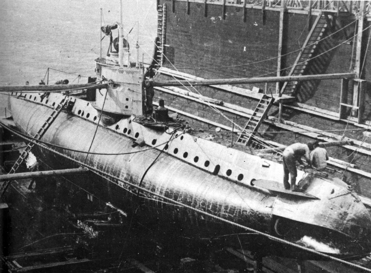 Montiranje podmornice u Uljaniku, nakon Drugog svjetskog rata.