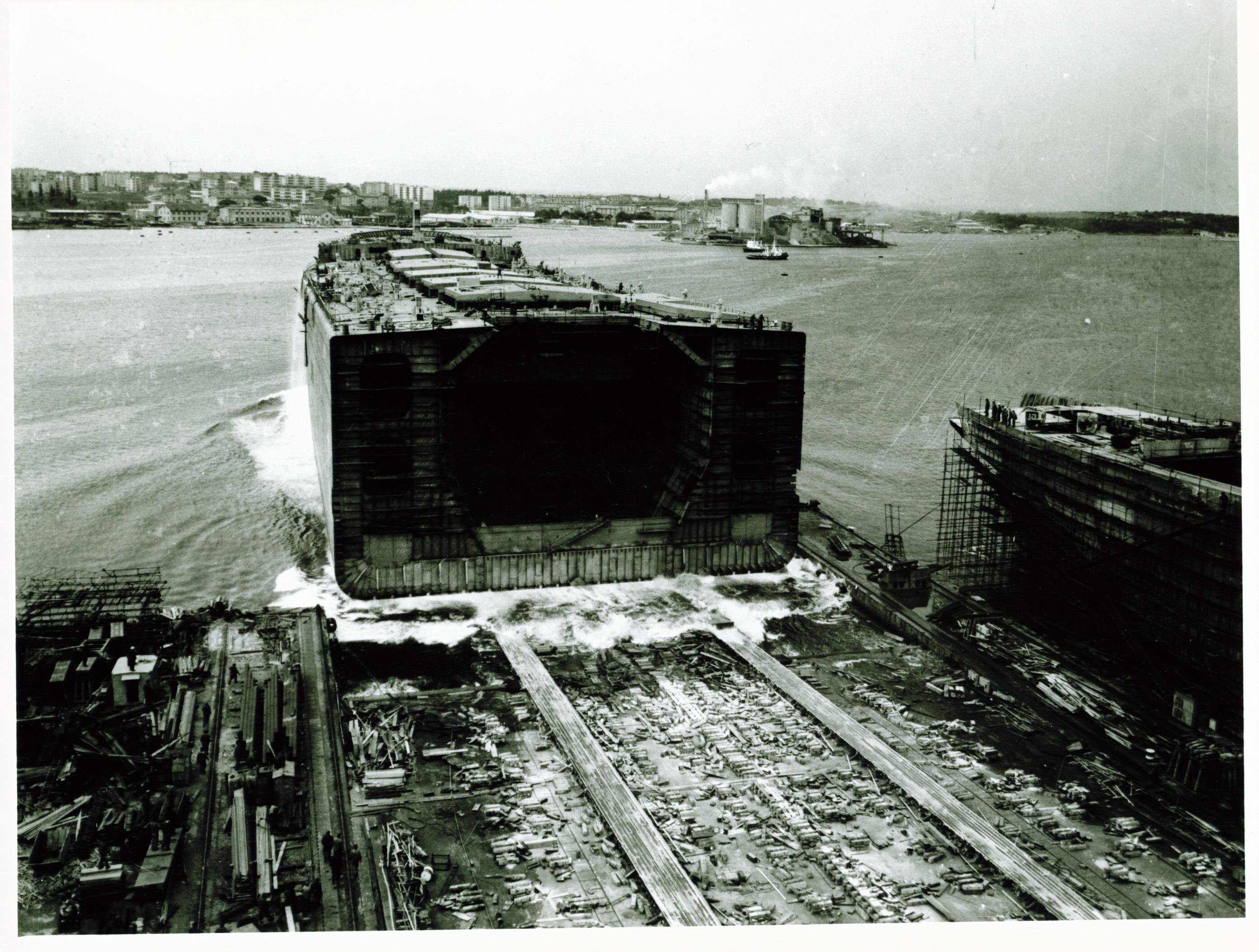 Fotografija također iz druge polovice 20. stoljeća, kad su se brodovi gradili sekcijski, pa se do kraja montirali u moru.