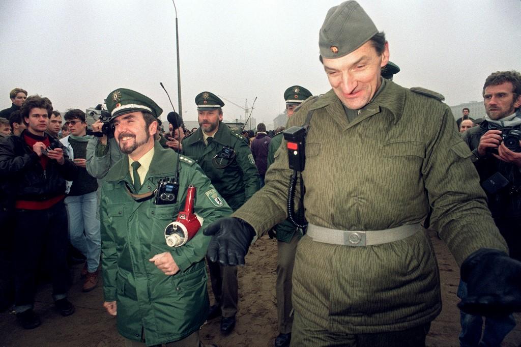 Istočnonjemački i zapadnonjemački granični policajci pričaju viceve nakon što je otvorena granica na Potsdamer Platzu, 12. studenog 1989. godine.