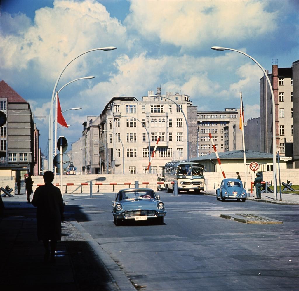 Fotografija iz 1968. godine na kojoj se vidi najslavniji granični prijelaz, popularno nazvani Checkpoint Charlie.