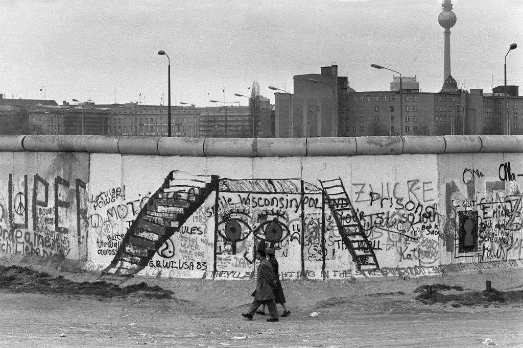 Sa zapadne strane zida, ljudi su često šarali razne grafite i poruke, čime su kroz umjetnost pokazivali neslaganje s njegovim postojanjem. Fotogafija je iz 29 travnja 1984. godine