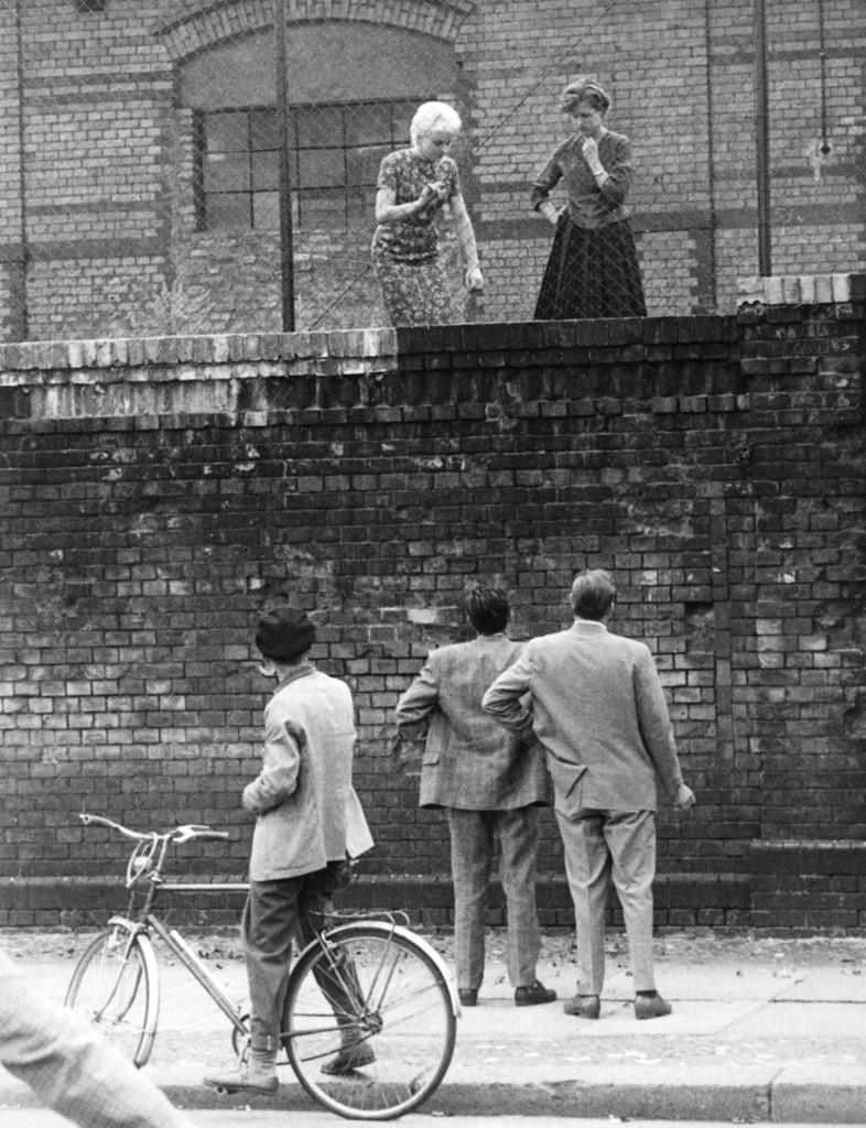 Fotografija snimljen 26. kolovoza 1961. godine, nedugo nakon izgradnje jednog dijela zida. Ljudi mu se jednostavno čude.