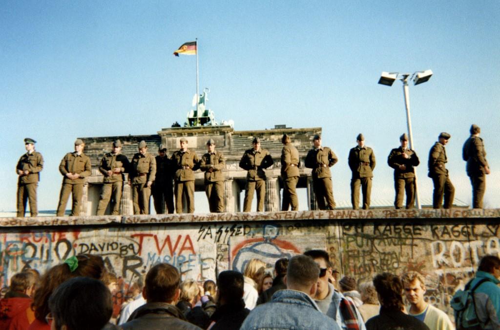 Istočnonjemački granični policajci stoje na rubu Zida, nekoliko dana prije njegovog rušenja.