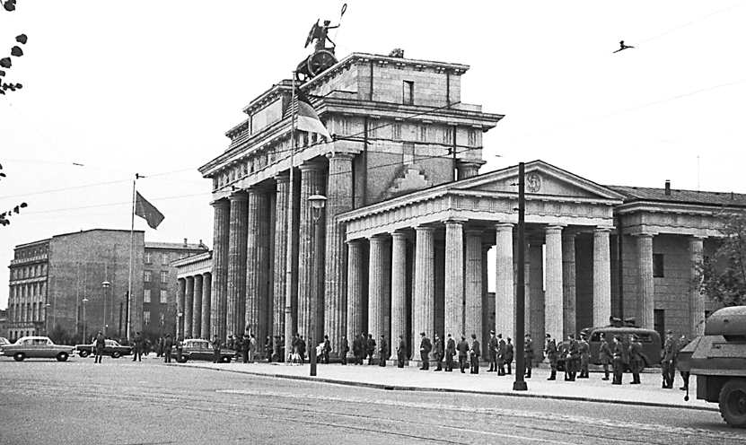 Granični policajci kod Brandenburških vrata, 13. kolovoza 1961. godine, dana kada je počela gradnja zida