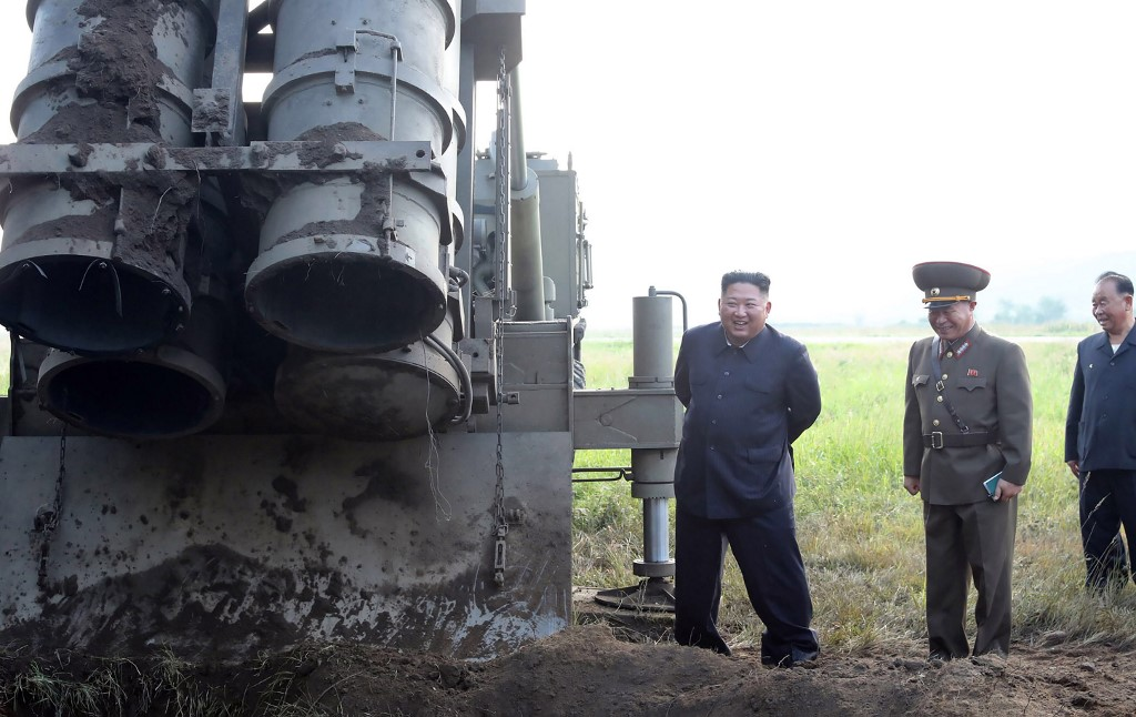 Ova fotografija prikazuje Kim Jong Una pokraj 'super-velikog' višecjevnog raketnog bacača. Testirali su ga