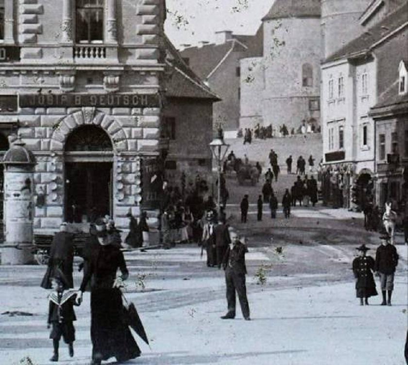 Trgovina Josipa B. Deutscha na Trgu bana Jelačića. Fotografirano između 1900. i 1906.