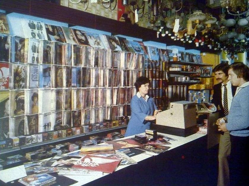 Prodavaonica ploča Jugoton u Bogovićevoj na mjestu današnjeg kafića Nova ploča.