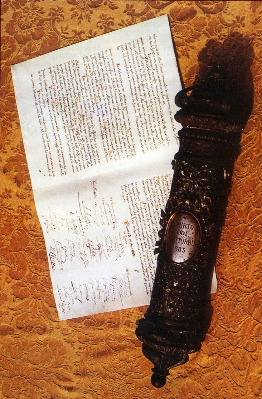 Olovna tuba pronađena za vrijeme obnove u šupljini ispod ulaznih vrata. U njoj su bili originalni nacrti i novac iz 19. stoljeća.