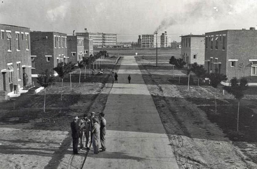 Naselje je 1936. imalo 122 zgrade izgrađene od neožbukane crvene opeke, a u njima je živjelo 1818 stanovnika.
