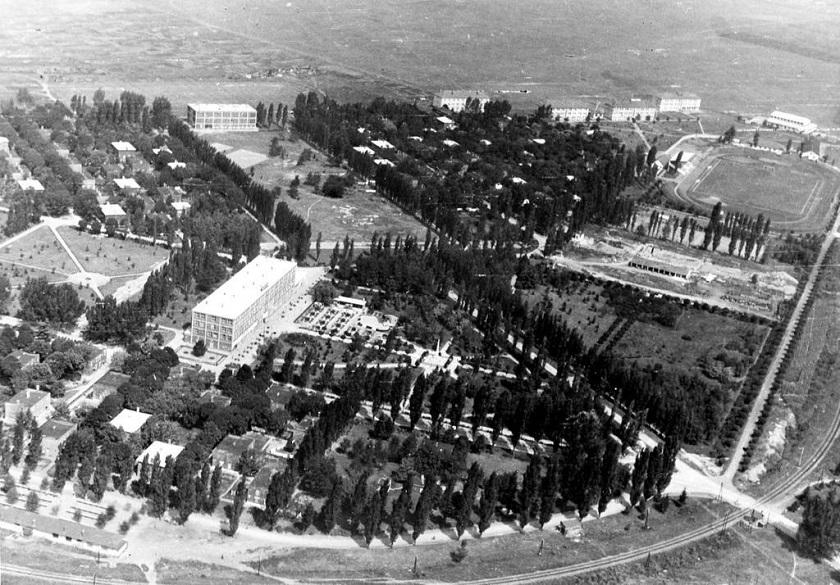 Naselje je imalo dječji vrtić, dvije osnovne škole, tehničku školu s internatom, kino i robnu kuću, a javnu rasvjetu postavili su 1935. godine.