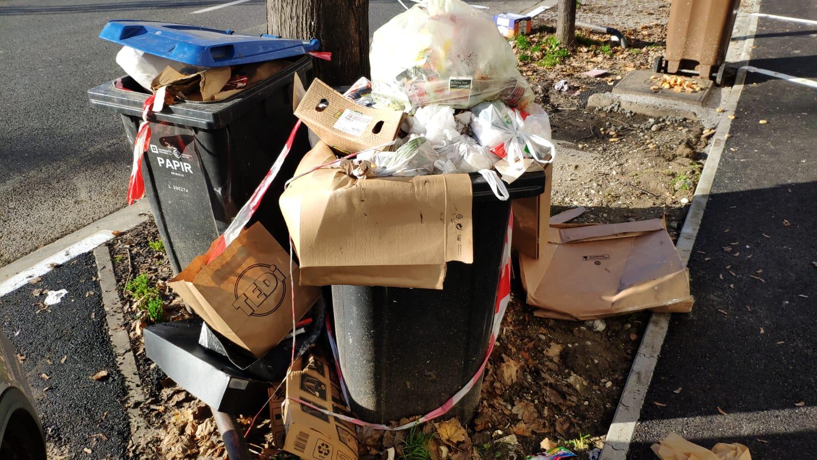 Kante za papir u Jagićevoj ulici pune su i komunalnog otpada