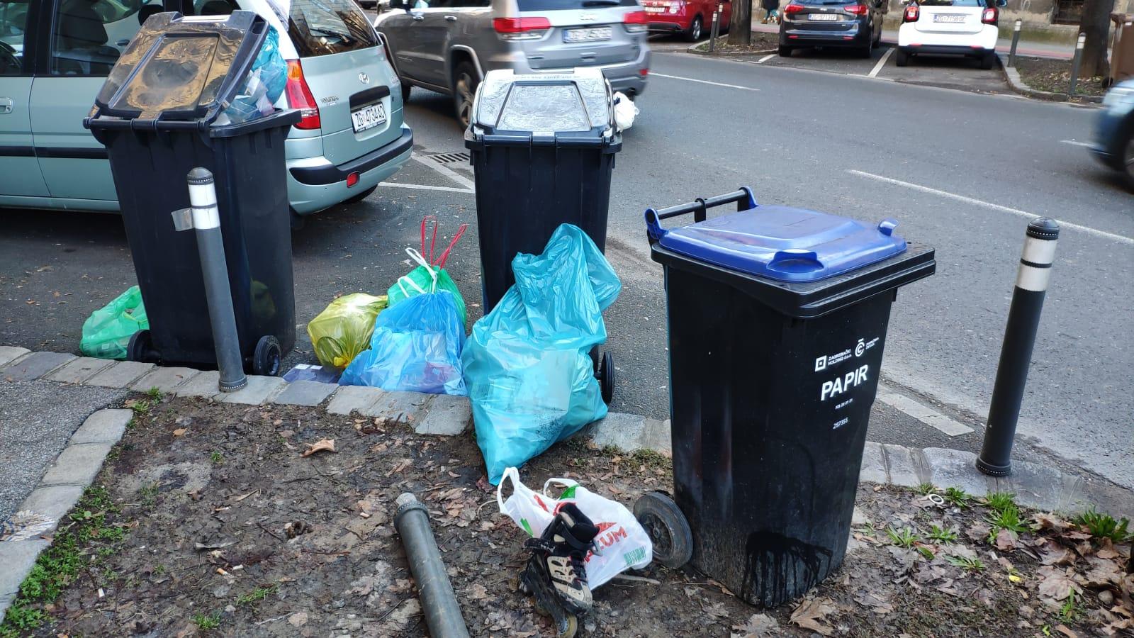 Vreće sa smećem ostavljene su uokolo kanti u Deželićevoj umjesto u njima