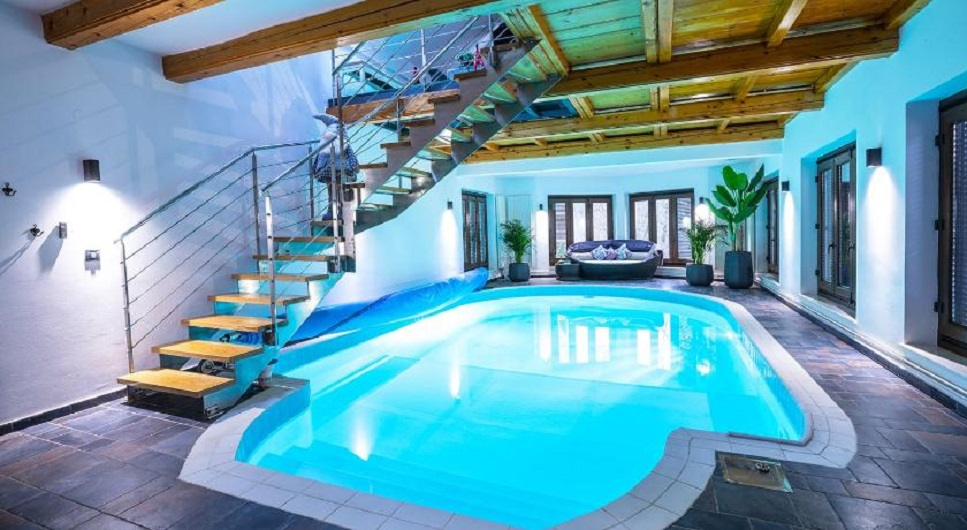 U prizemlju kuće nalazi se bazen, a postoji i kamin za ovo zimsko vrijeme.