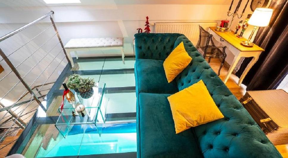 """Na katu je boravak, kuhinja i tri spavaće sobe, a pod je na jednom dijelu proziran kako bi se iz boravka mogao vidjeti bazen. Cijena najma je 250 eura i minimalni boravak je dva dana. Više možete saznati <a href=""""https://www.booking.com/hotel/hr/moment-s-pool-house-trakoscan.hr.html/""""><b><u>ovdje</u></b></a>"""