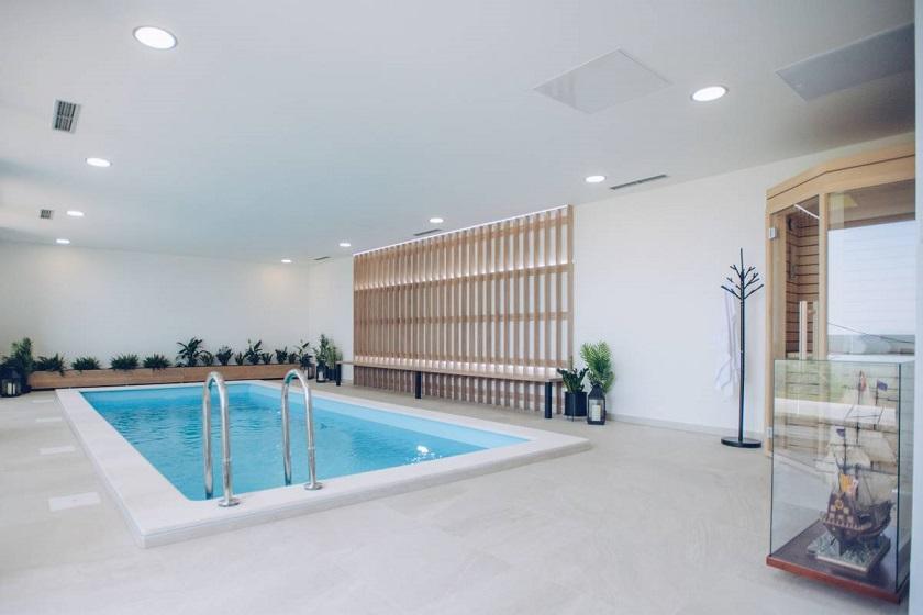 Osim vanjskog imaju i unutarnji bazen za zimske mjesece.