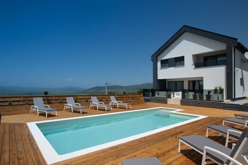Vila Plitvice Sun nalazi se u Udbini, 45 kilometara od Plitvičkih jezera.