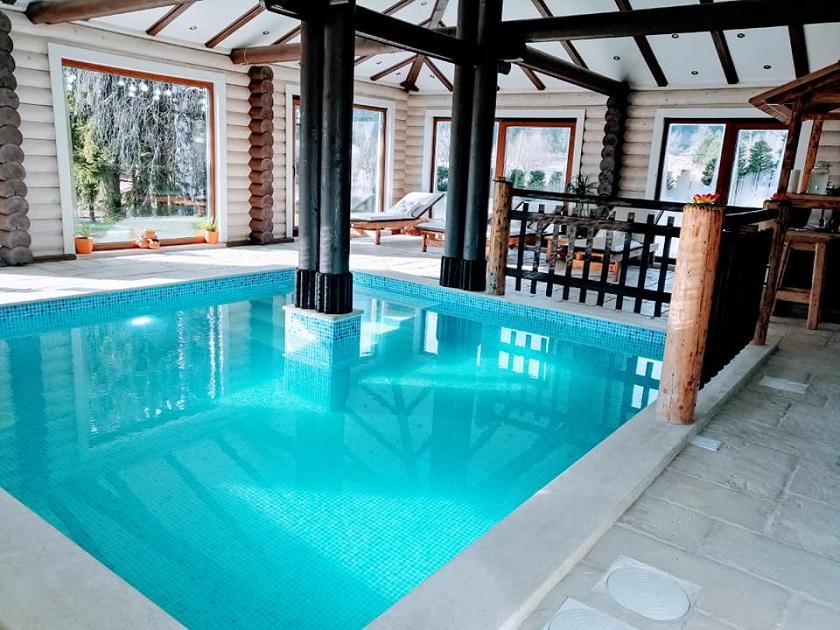 Osim velikog unutarnjeg bazena, u kući su i 4 spavaće sobe te 3 kuaponice.