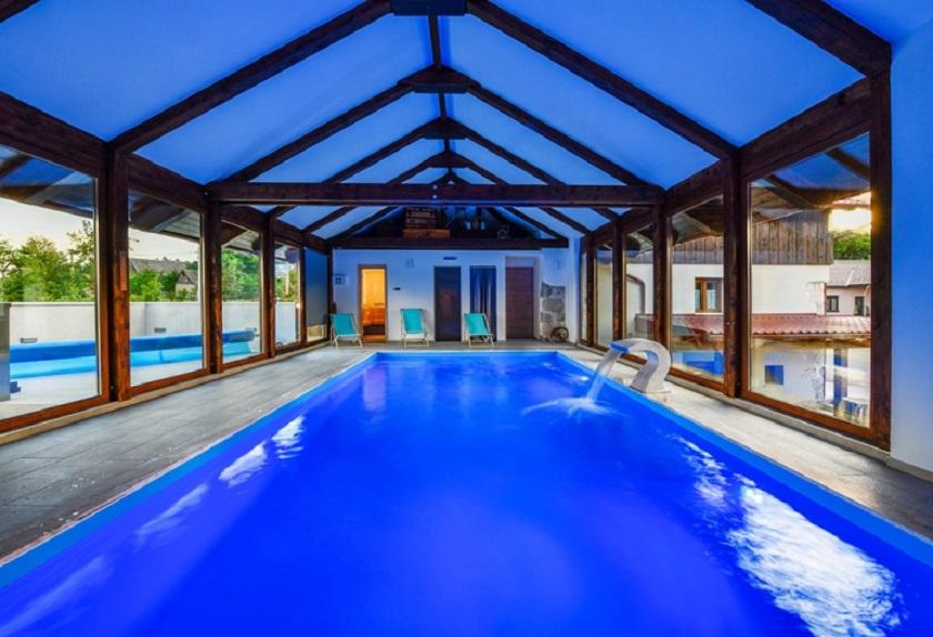 Kuće su toplim prolazima povezane s bazenom, a postoji i sauna.