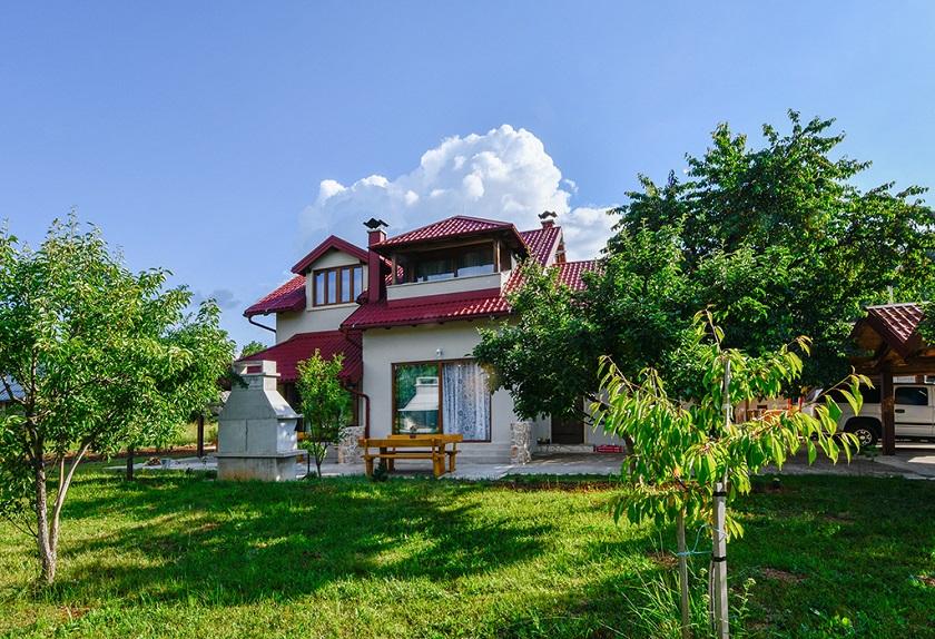 Villas Joja zapravo su tri vile koje se nalaze u Vukšiću kraj Gospića.