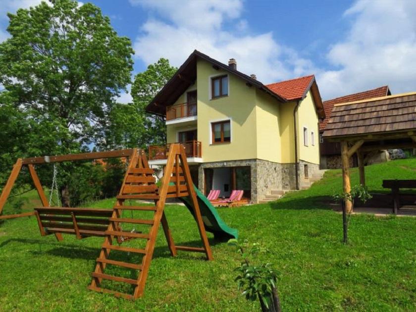 Ova kuća za odmor nalazi se u malom selu Žakule u Vrbovskom, nedaleko Ravne Gore.