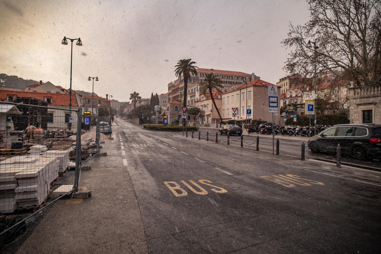 U Dubrovniku je danas počeo padati snijeg, nakon što su dnevne temperature naglo pale.
