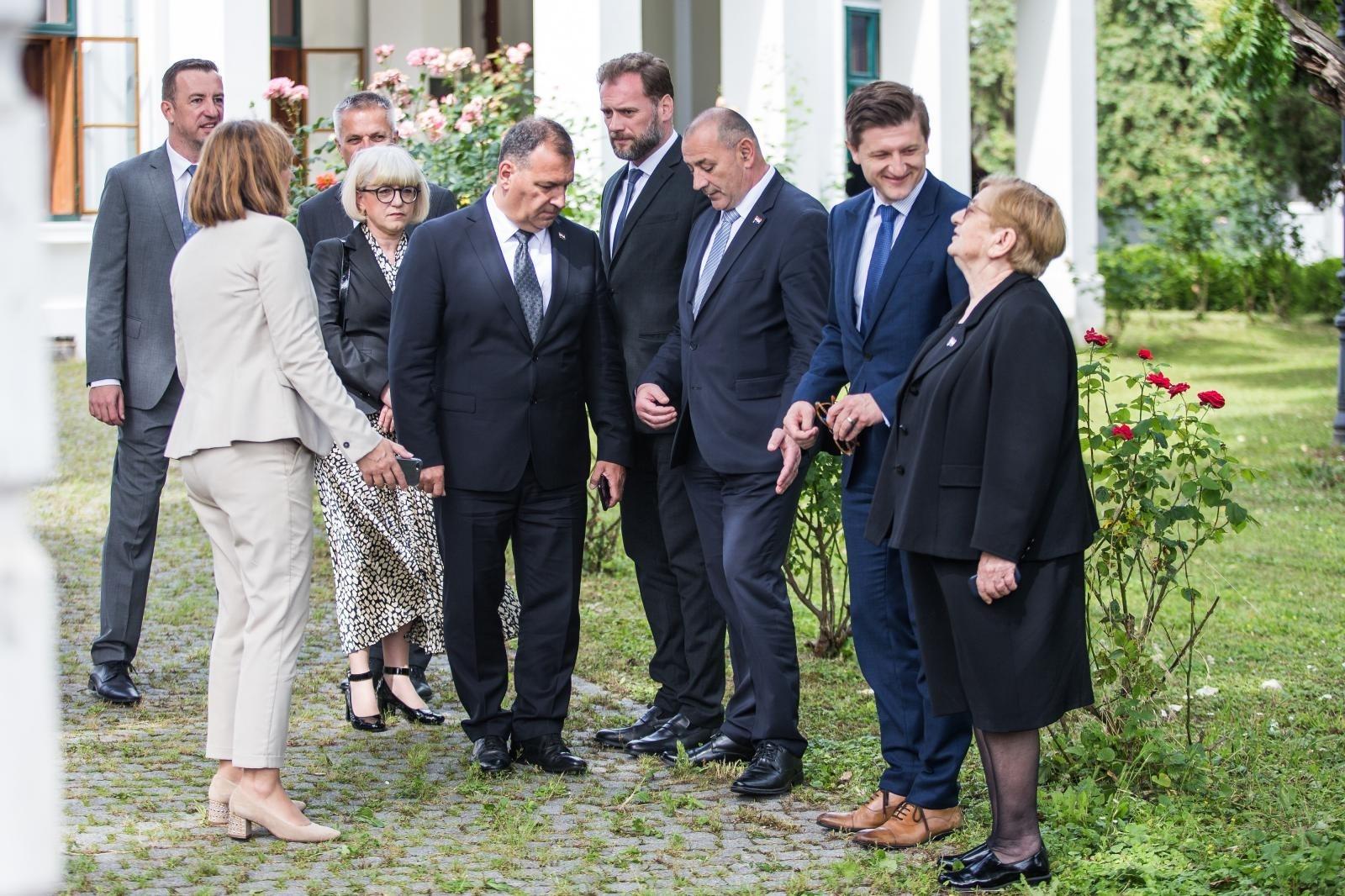 Ministar zdravstva Vili Beroš u grupi koja ne pazi na socijalnu distancu