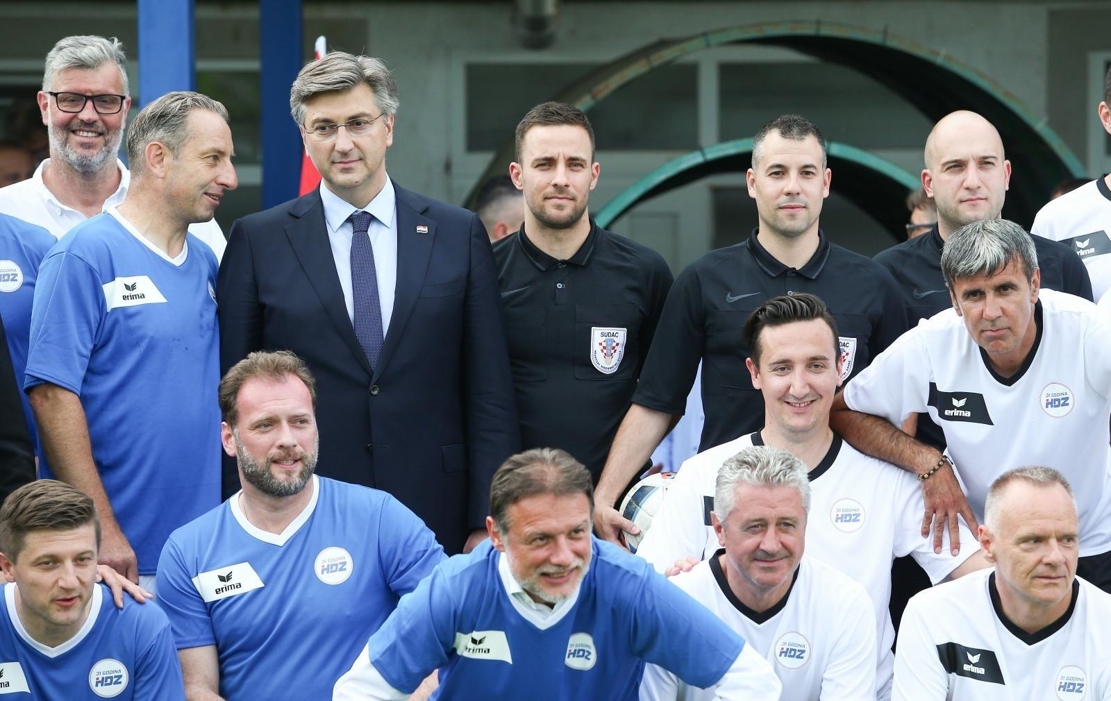 Na proslavi 31. godišnjice osnutka HDZ-a igrao se nogomet, a okupljeni su se fotografirali u formaciji koja definitivno nije u skladu s mjerama