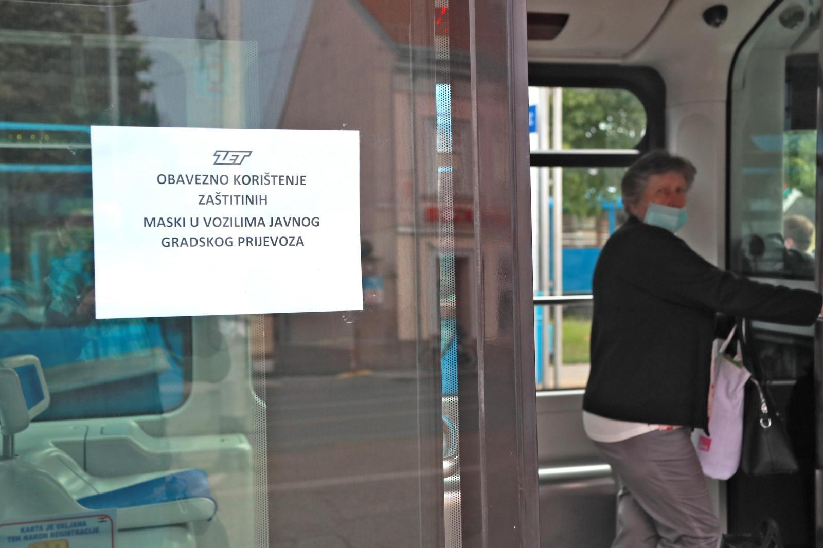 Nakon ponovnog rasta broja zaraženih koronavirusom u Hrvatskoj, Nacionalni stožer na jučerašnjoj je konferenciji najavio obavezno nošenje maski u javnom prijevozu