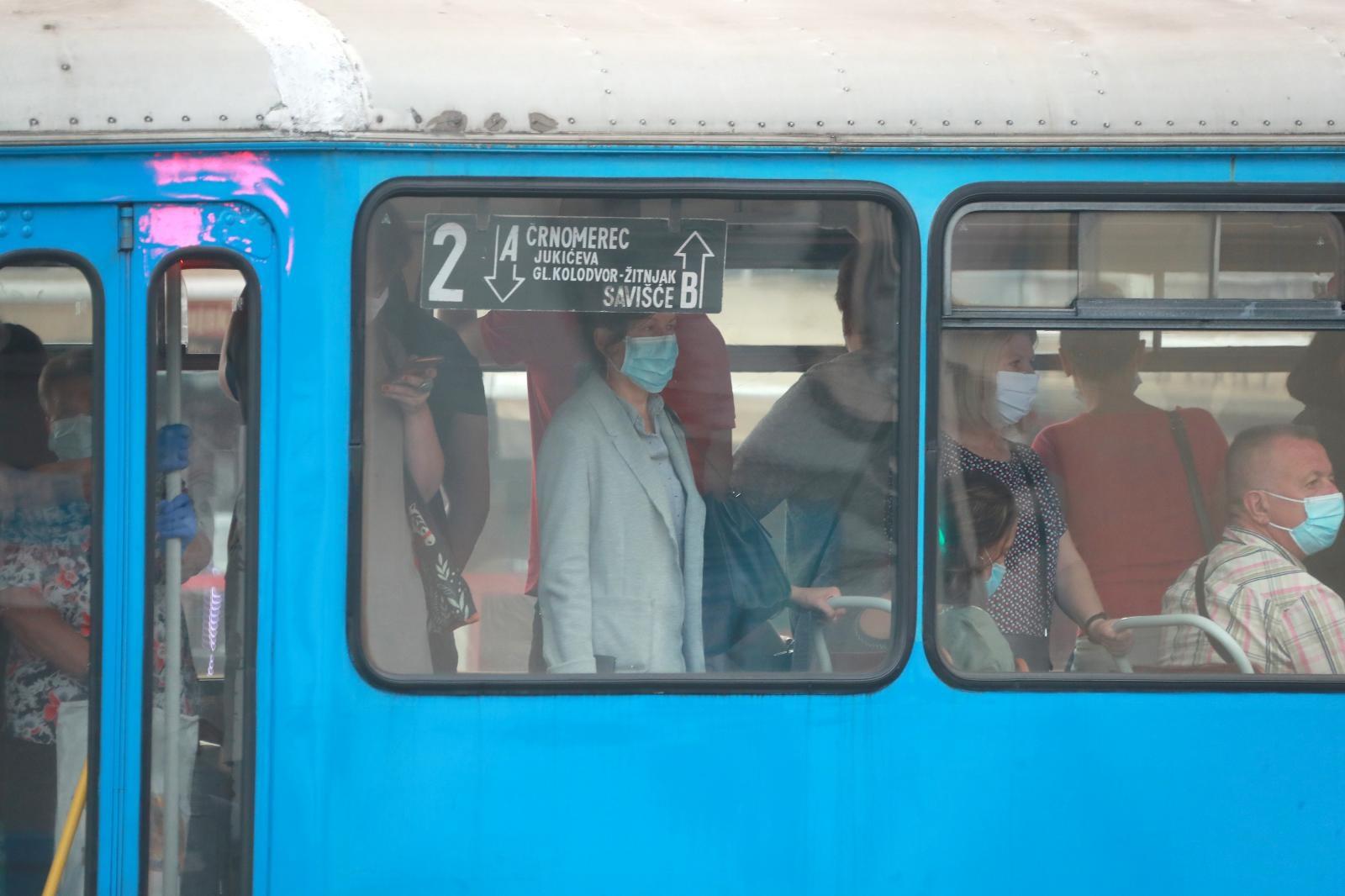 Ministar Božinović je na jučerašnjoj presici rekao kako putnici koji nemaju masku ne smiju niti ući u vozilo.