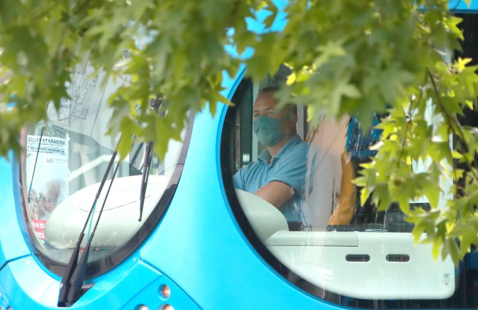 Maske će morati nositi sve osobe u javnom prijevozu, uključujući vozača.