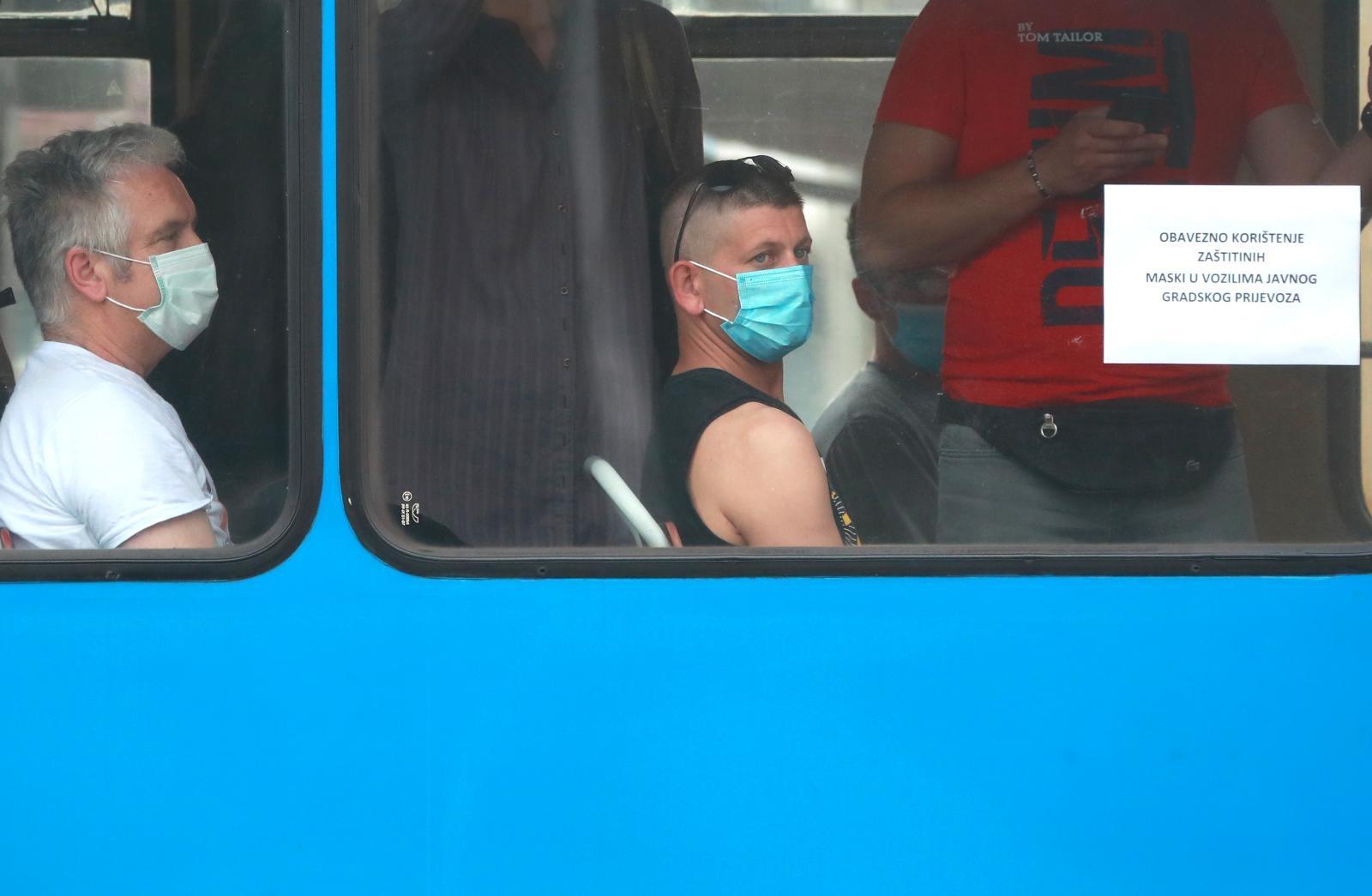 Na tramvaju stoji upozorenje da je nošenje maski obvezno