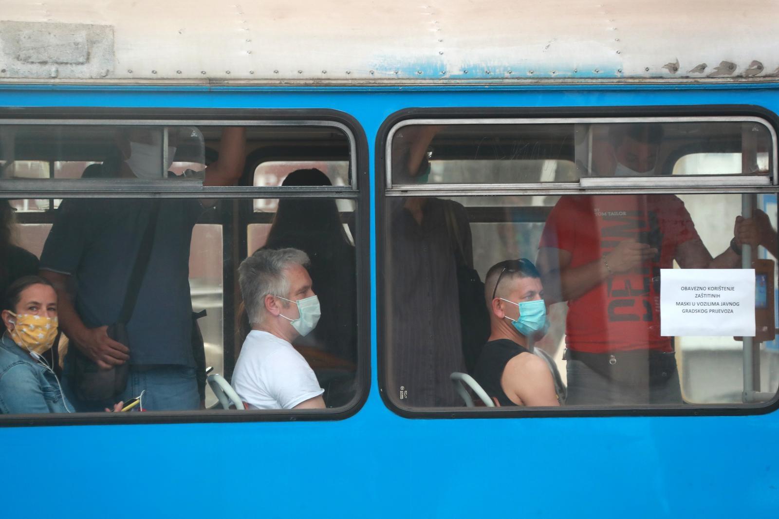 Iz stožera su pojasIz stožera su građanima također preporučili da krenu na vlak ili autobus 15 ili 20 minuta ranije, kako bi izbjegli gužve.nili kako se mogu koristiti i platnene maske, a ne samo medicinske.