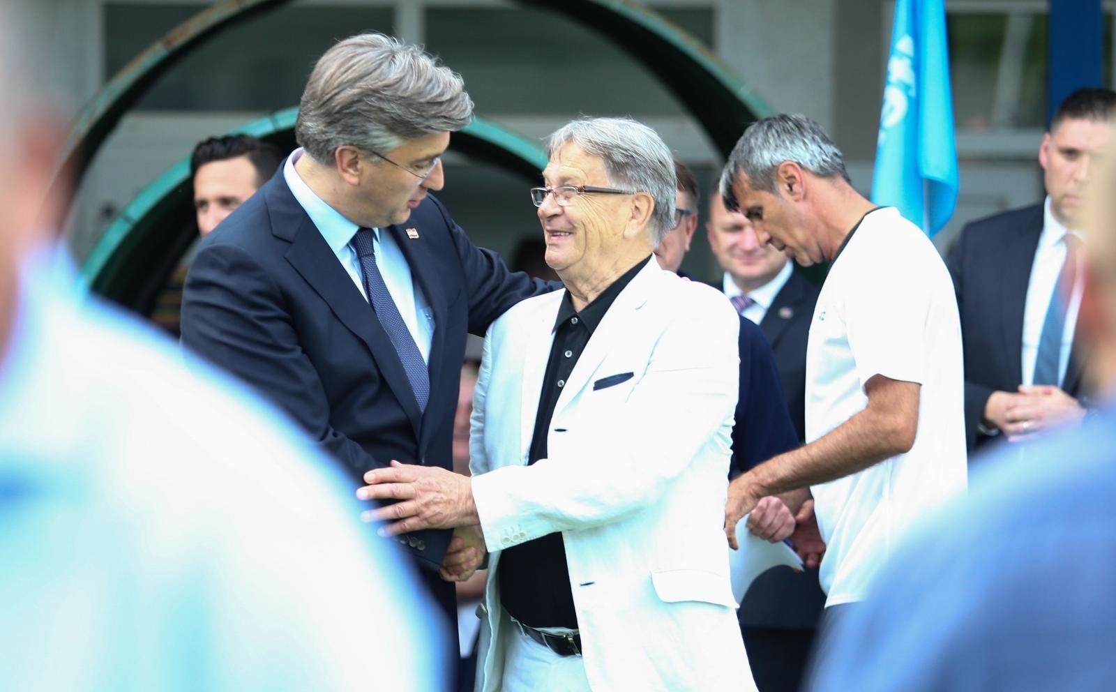 Premijer se grli s Ćirom Blaževićem koji u svojim godinama definitivno spada u skupinu ljudi koja je u najvećem riziku od zaraze koronom