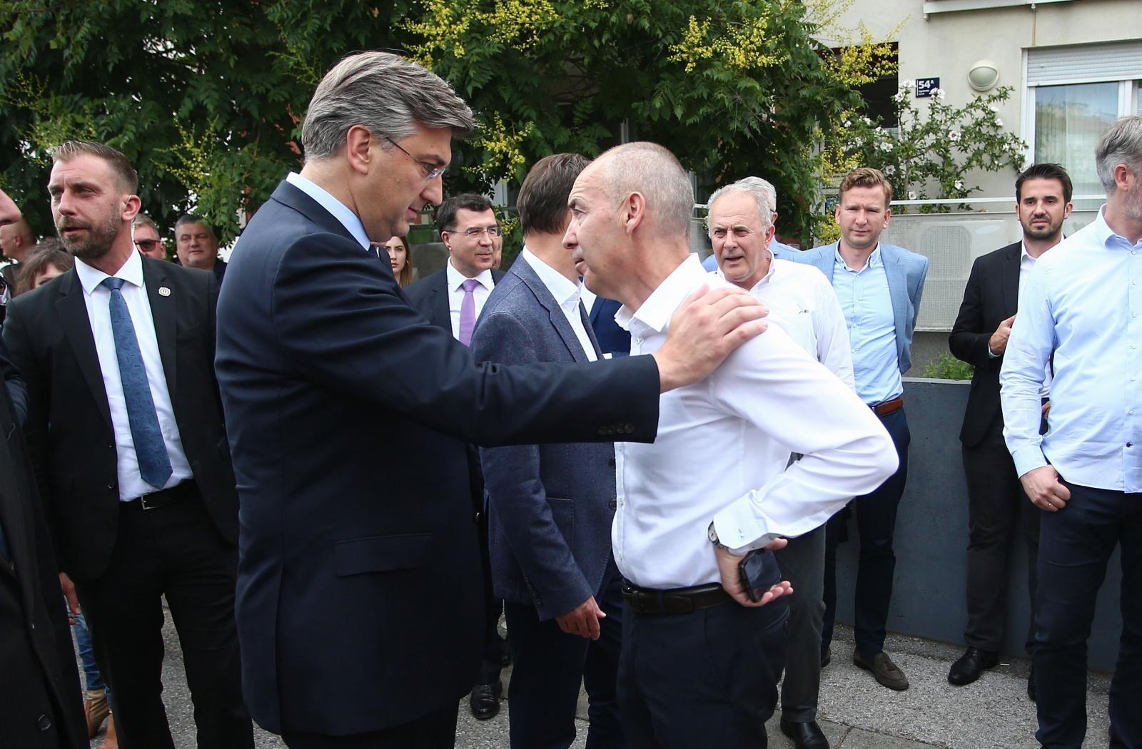 Plenković tješi bivšeg ministra Krstičevića, ali diranje i naginjanje prema sugovornikovu licu definitivno ne spada u protuepidemijske mjere