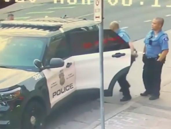 Pojavio se novi brutalan video privođenja Georgea Floyda. Policajci su ga tukli i na stražnjem sjedalu automobila