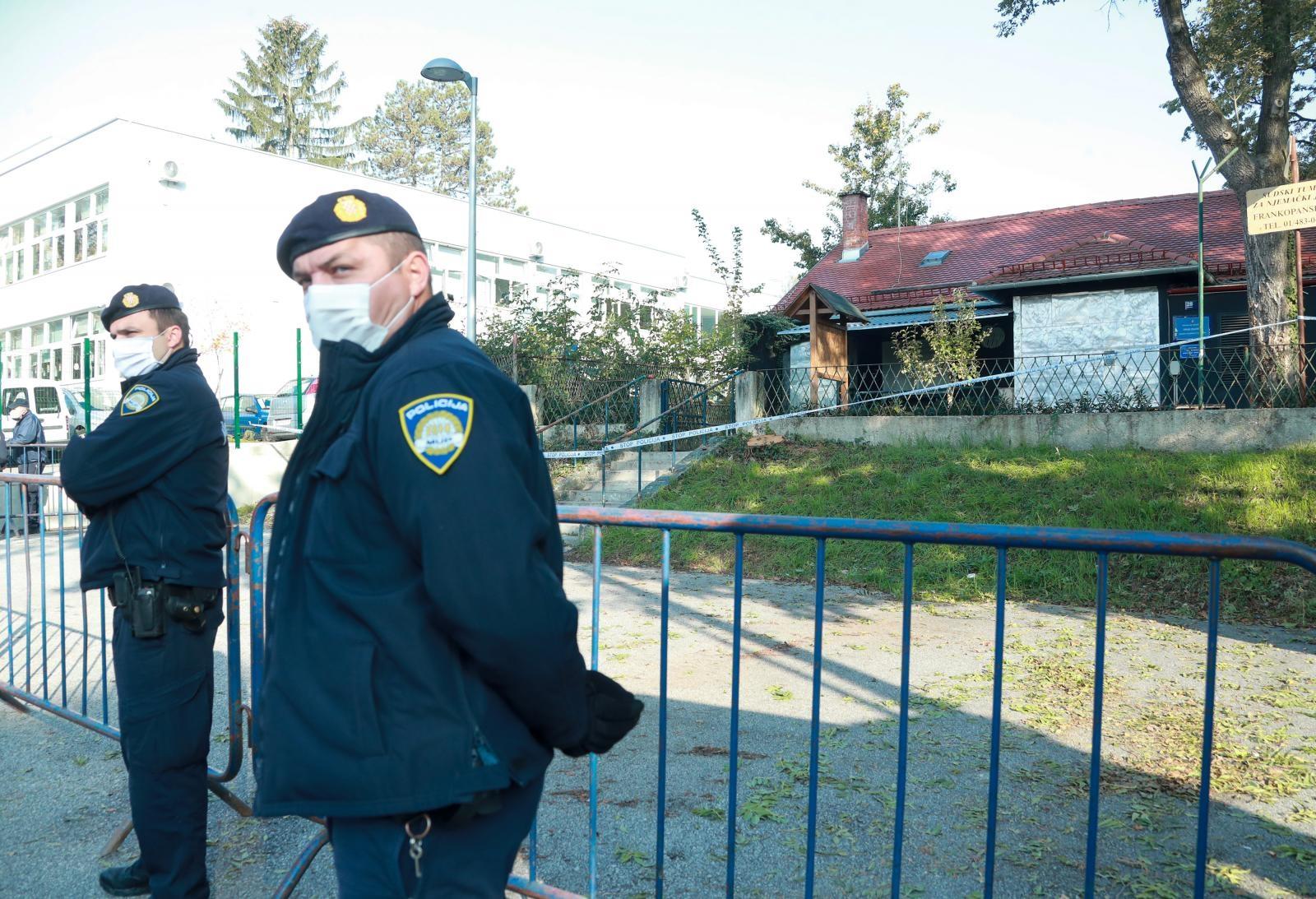 Policija je ogradila prostor, a uskoro je stigao sudski izvršitelj i počela je deložacija.