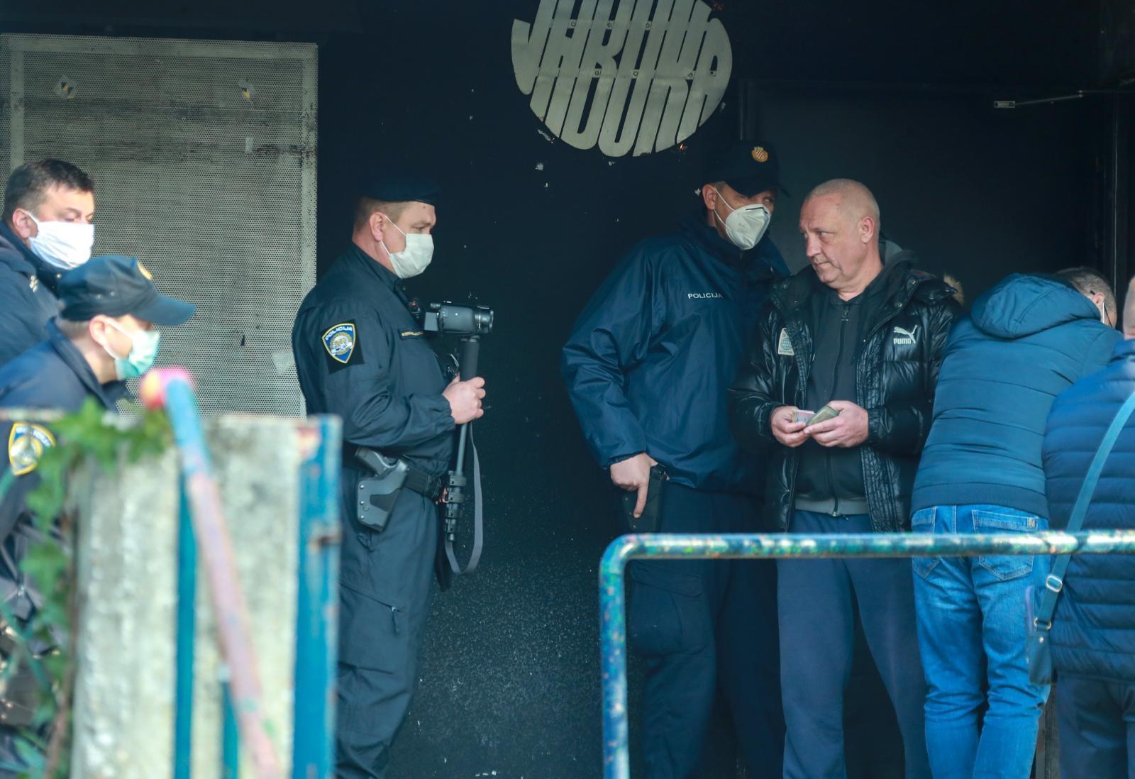 Jutros u 10 sati počela je deložacija i zatvaranje najstarijeg zagrebačkog kluba, pedesetdvogodišnje Jabuke.