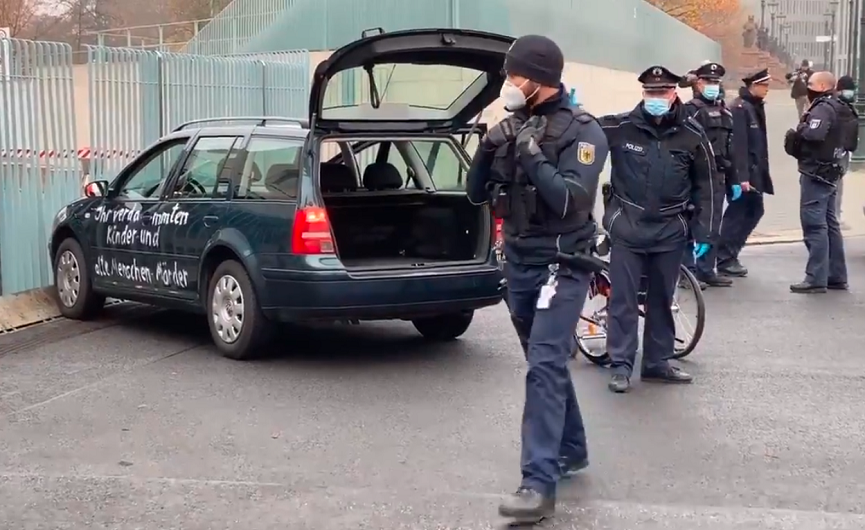 Netko se automobilom zabio u ogradu ispred ureda Angele Merkel. Na njemu je bila ispisana poruka