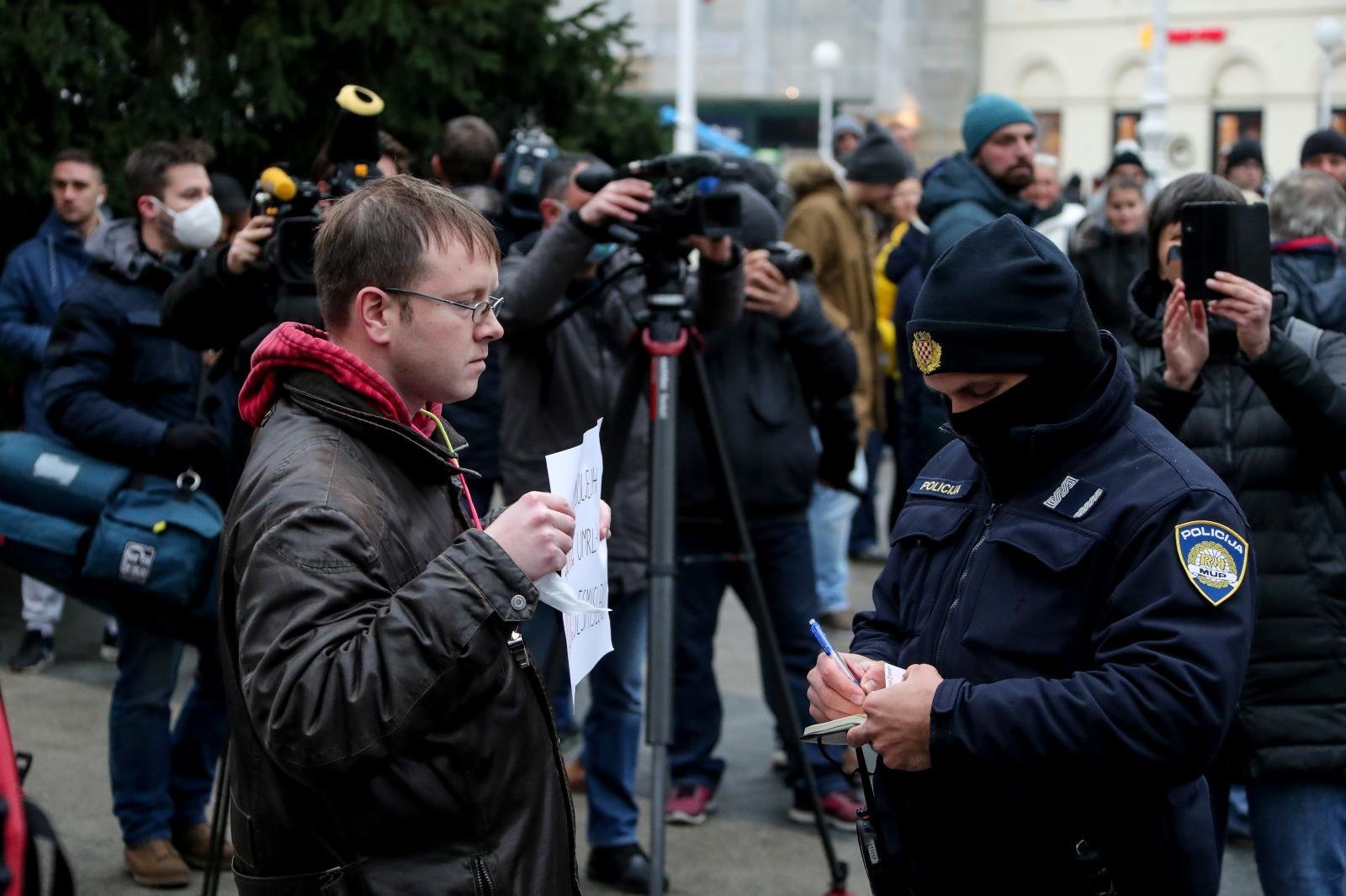 Na terenu je policija koja bi trebala osigurati da prosvjednici poštuju mjere.