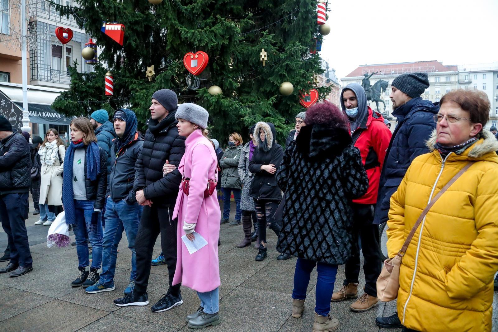 U podne je na Trgu bana Jelačića započeo još jedan prosvjed protiv mjera Stožera.