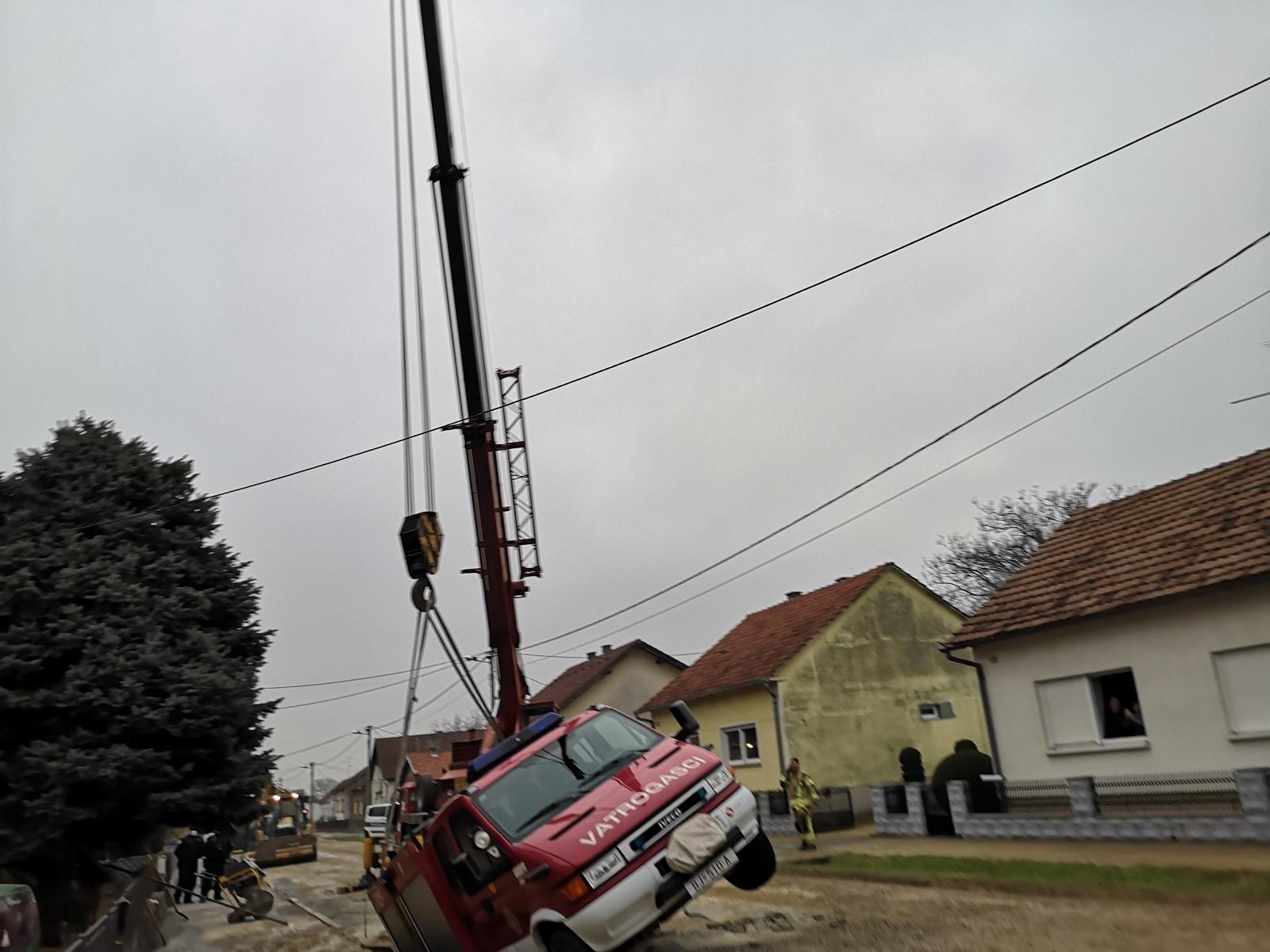 Vozilo je moralo čekati svitanje kako bi ga izvukli iz rupe, što je učinjeno uz pomoć diazlice u 8 sati i 20 minuta /Damir Spehar/PIXSELL