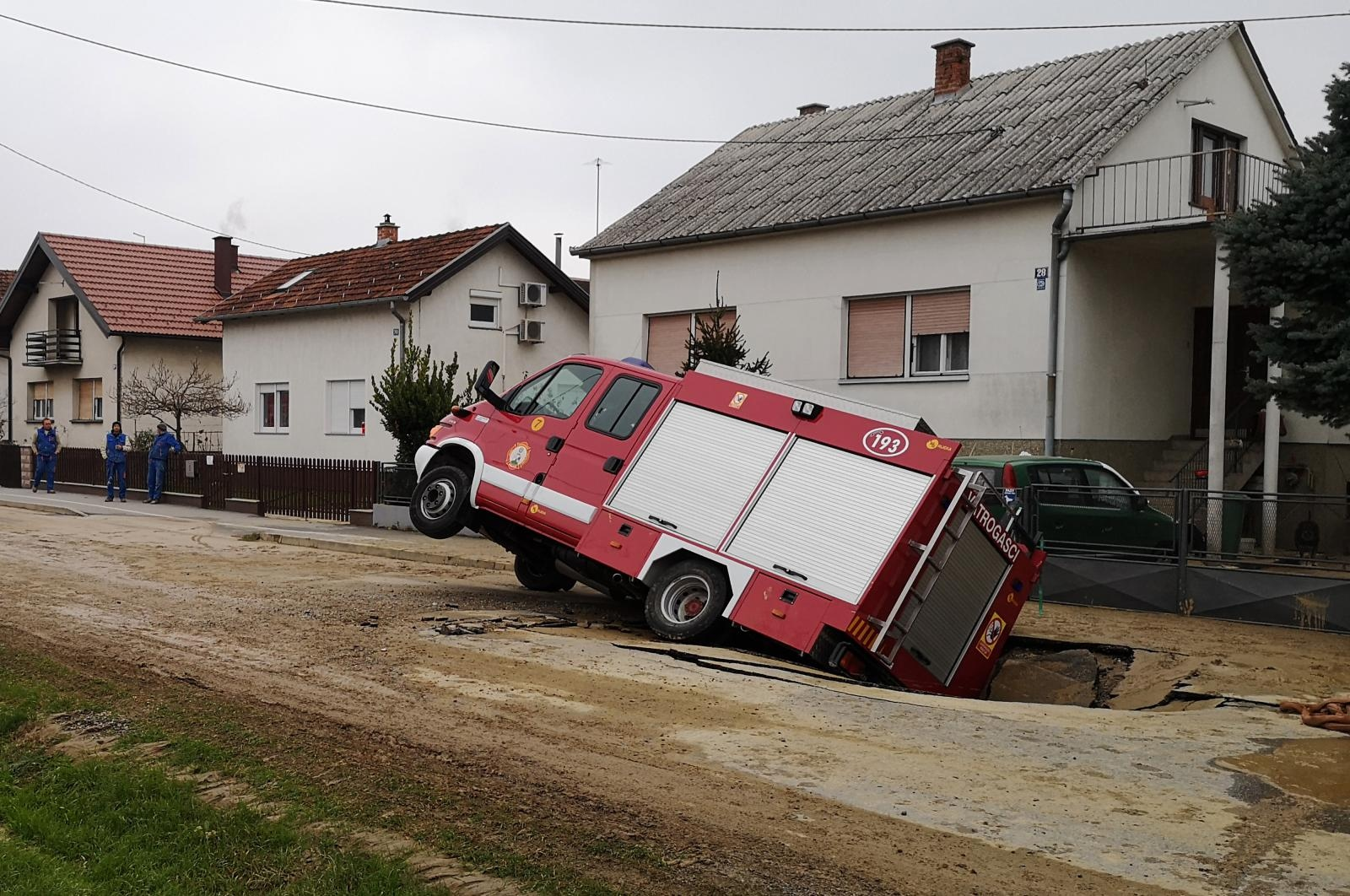 U srijedu rano ujutro u 1 sat i 30 minuta u Bjelovaru se, u Hebrangovoj ulici, dogodila nezgoda u kojoj je jedno vatrogasno vozilo propalo kroz otvorenu i poprilično veliku rupu u asfalu. /Damir Spehar/PIXSELL
