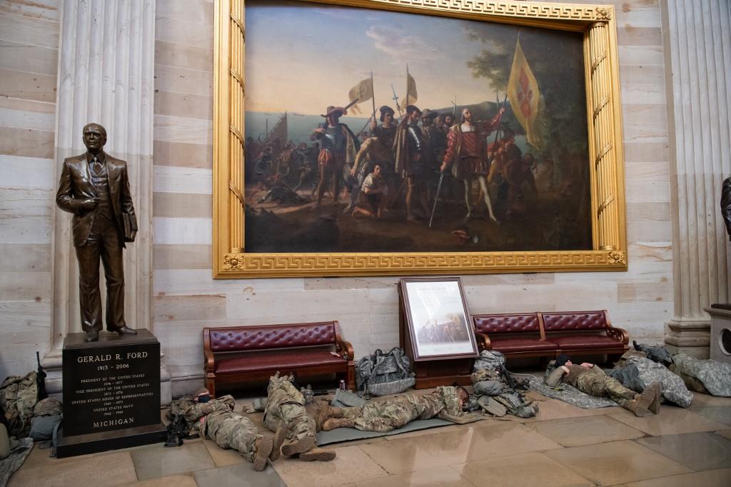 Dio njih pak spava i pod prikazom Kristofora Kolumba i članova njegove posade koji se iskrcavaju s broda Santa Maria na obalu i otkrivaju Ameriku, kojeg je naslikao američki neoklasični slikar, John Vanderlyn.