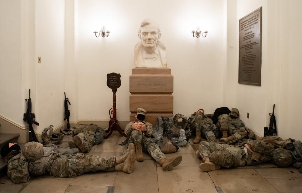 Dio vojnika smjestio se i ispod biste Abrahama Lincolna, šesnaestog američkog predsjednika koji je ukinuo ropstvo.