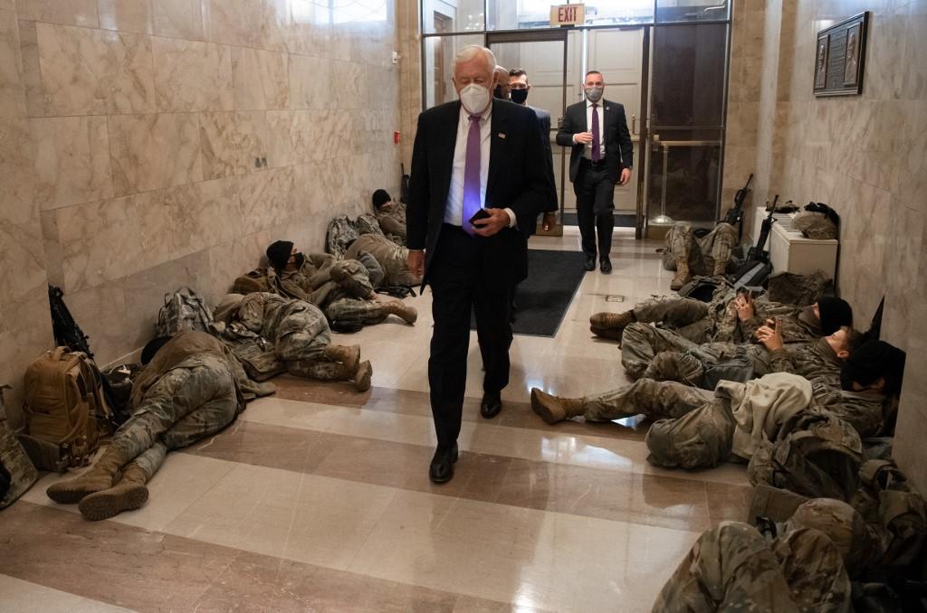 Na fotografijama se vidi kako su vojnici u punoj spremi te kako je oružje odmah uz njih za slučaj da brzo moraju reagirati. Ne čudi da je gužva, budući da ih je u gradu već oko 6000, a očekuje se kako će taj broj porasti do inauguracije.