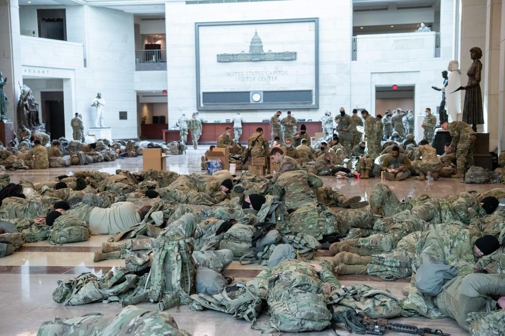 Članovi Nacionalne garde snimljeni su danas u Kapitolu kako odmaraju i spavaju na podu, dok u Donjem domu Kongresa traje rasprava o opozivu američkog predsjednika Donalda Trumpa.