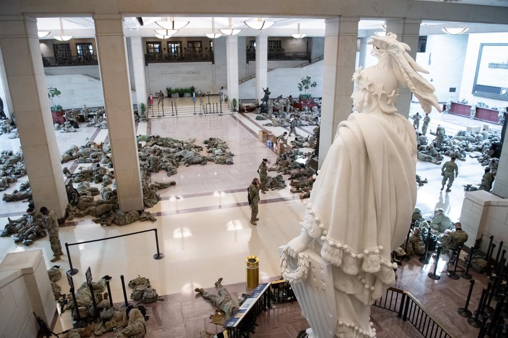 Vojnici odmaraju niz hodnike Kongresa, o čemu su danas na svojim Twitter računima javljali i neki zastupnici.